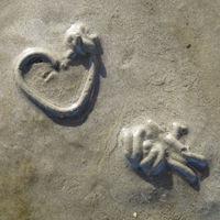 Haufen aus Sandwürstchen auf dem Watt