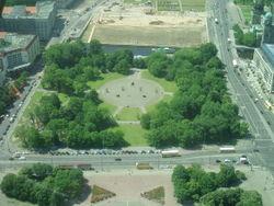 Krähen-Nistplatz vor dem Marx-Engels-Forum – Carcharoth, CC BY-SA 3.0